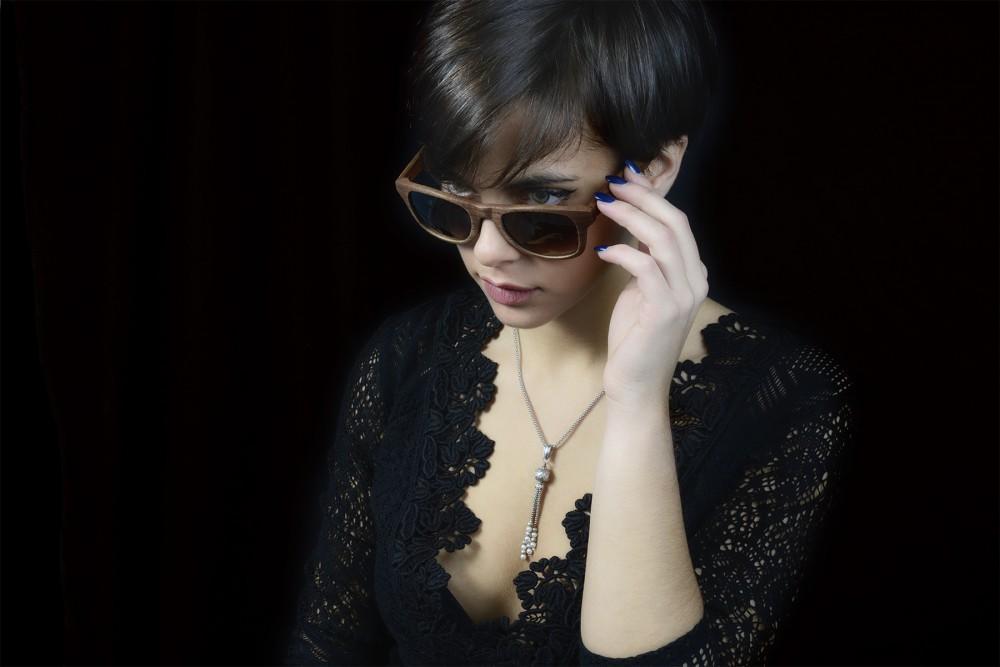 foto modella sexy con occhiali ad arezzo