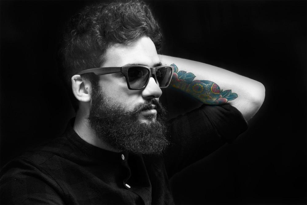 servizio fotografico modello hipster e tatuato con occhiali ad arezzo