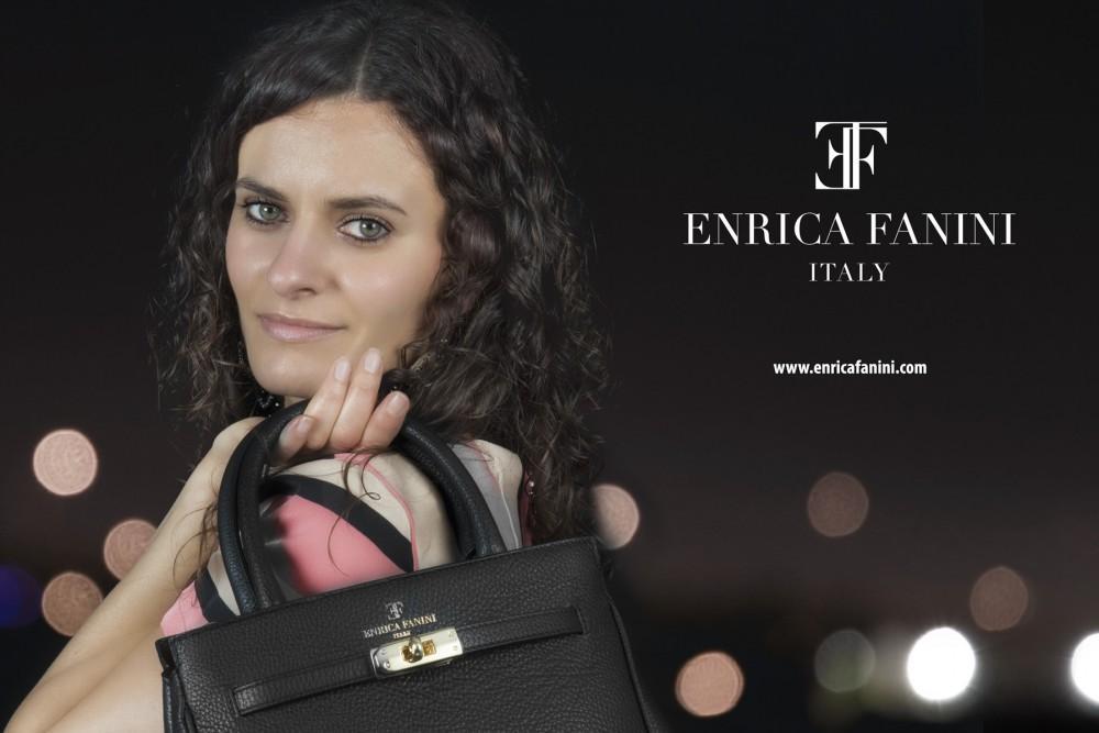 Elaborazione grafica per pubblicità con modella con borsa ad arezzo